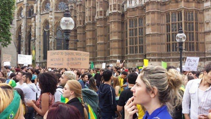 Brasileiros protestam em Londres