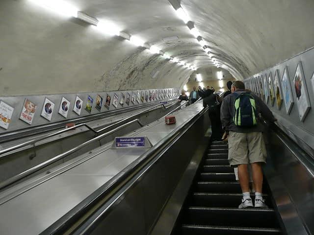 Usuários na escada rolante da estação de Marble Arch