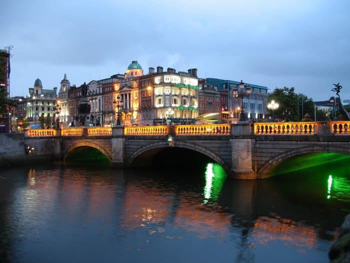 Dublin a noite ( Credito : Wikimedia)