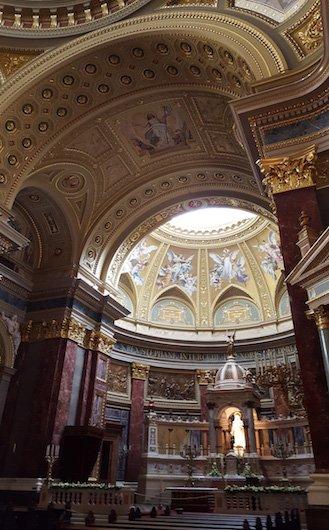 interior da catedral de budapeste