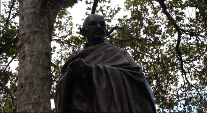 estátua de gandhi na praça do parlamento