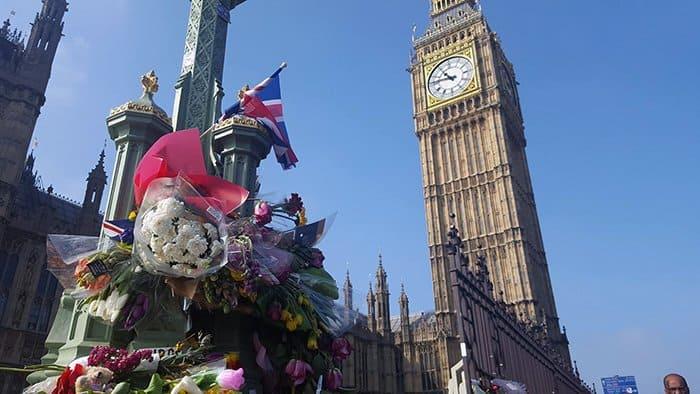 homenagem às vítimas do terrorismo na westminster bridge