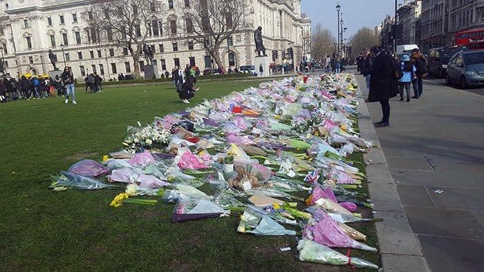 flores em homenagem às vitimas do terrorismo na parliament square