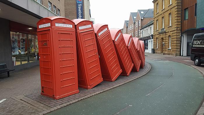 escultura com cabines telefônicas
